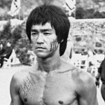 2) Il combattente deve pensare soltanto al combattimento. Non deve guardare né indietro né attorno a sé. Deve superare gli ostacoli che gli si pongono davanti in tutti i modi, e cioè emotivamente, fisicamente e intellettualmente. Un insegnamento del Jeet Kune Do è quello di non guardare indietro. Il Jeet Kune Do procede dritto verso la sua meta, senza voltarsi indietro.